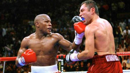 Oscar De La Hoya vs Floyd Mayweather pada tahun 2007. - INDOSPORT