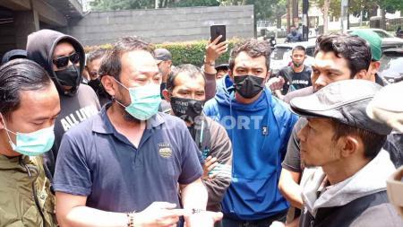 Bobotoh kembali mendatangi Graha Persib, Jalan Sulanjana, Kota Bandung, Selasa (05/10/21), untuk menemui manajemen Persib. - INDOSPORT