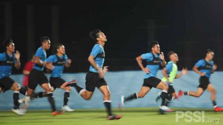 Timnas Indonesia memulai latihan pada Senin (4/10) malam di Chang Training Ground Buriram, Thailand. - INDOSPORT