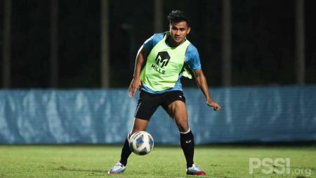 Asnawi Mangkualam saat latihan Timnas Indonesia pada Senin (04/10/21) malam di Chang Training Ground Buriram, Thailand. - INDOSPORT