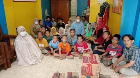 Anak-anak panti asuhan usai mendoakan kemenangan Sriwijaya FC. - INDOSPORT