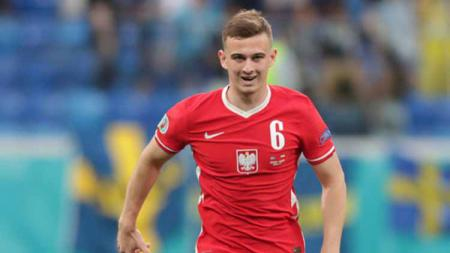 Kacper Kozłowski pada laga saat melawan Swedia di Saint Petersburg Stadium - INDOSPORT