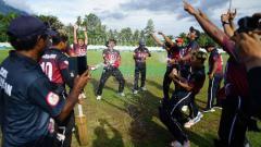Indosport - Tim Kriket Bali merayakan gelar juara umum PON Papua.