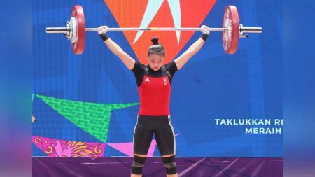 Windy Cantika Aisah menyabet medali emas angkat besi PON XX untuk Jawa Barat. - INDOSPORT
