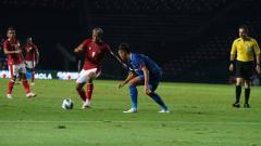 Indosport - Kushedya Hari Yudo berusaha mengecoh pemain China Taipei
