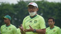 Indosport - Aji Santoso memimpin latihan Persebaya.