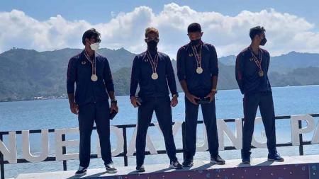 Pedayung Jabar di nomor M4X putra meraih medali emas rowing PON XX Papua. - INDOSPORT