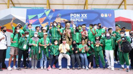 Tim panjat tebing Jawa Timur berhasil keluar sebagai juara umum PON XX Papua dengan 6 medali emas. - INDOSPORT