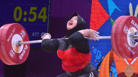 Lifter putri Jawa Tengah, Diah Ayu Permatasari, pemecah rekor nasional di olahraga angkat besi PON XX Papua. - INDOSPORT