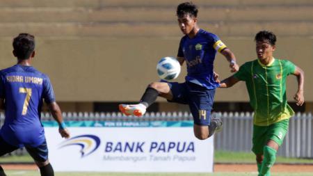 Duel pemain Aceh kontra Sumatera Utara di Stadion Mandala, Kota Jayapura pada PON XX Papua. - INDOSPORT