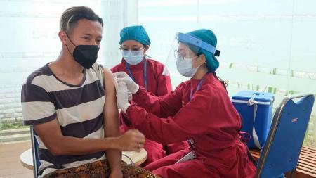 Arema FC menggelar Vaksinasi Tifoid untuk mencegah penyakit Tifus jelang seri 2 Liga 1. - INDOSPORT