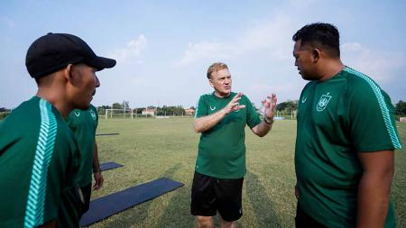 Ian Andrew Gillan (tengah) yang merupakan pelatih kepala baru PSIS Semarang. - INDOSPORT
