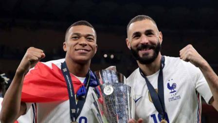 Kylian Mbappe dan Karim Benzema usai melakukan perayaan juara UEFA Nations League, Senin (11/10/21).