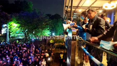 Komisaris PT Persib Bandung Bermartabat (PBB), Kuswara S Taryono, saat menemui Bobotoh di Graha Persib, Jalan Sulanjana, Kota Bandung, Minggu (10/10/21) malam. - INDOSPORT