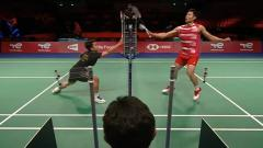 Indosport - Momen Ginting melakukan blok dari netting tipis Chou di pertandingan Indonesia vs China Taipei Piala Thomas 2020, Rabu (13/10/21)
