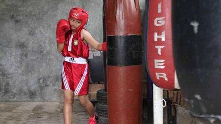 Petinju remaja asal Lampung, Nabila Maharani, mendapatkan kesempatan bertanding di Tajikistan meskipun dia  hanya meraih medali perak di PON Papua. - INDOSPORT