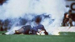 Indosport - Roberto Rojas tersungkur pada laga Brasil vs Chile 1989