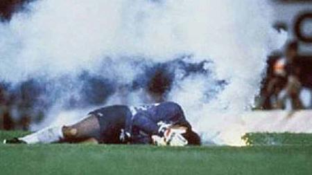 Roberto Rojas tersungkur pada laga Brasil vs Chile 1989 - INDOSPORT
