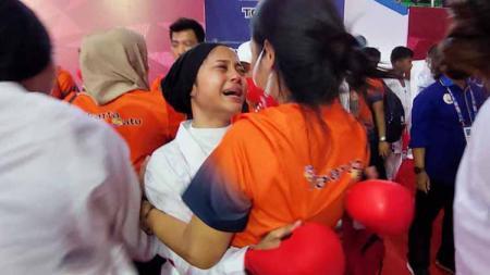 Karateka DKI Jakarta, Maya Sheva menangis histeris usai rekan-rekannya berhasil meraih medali emas terakhir - INDOSPORT
