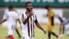 Indosport - Ricky Ricardo Cawor tampil sebagai pemain bersinar di cabor sepak bola putra PON XX Papua 2021.