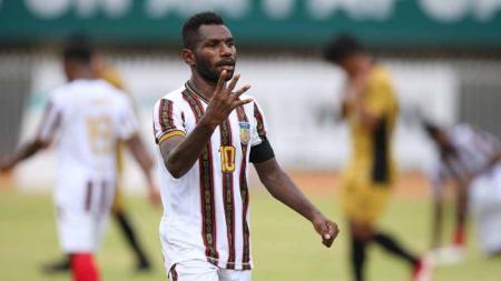 Ricky Ricardo Cawor tampil sebagai pemain bersinar di cabor sepak bola putra PON XX Papua 2021. - INDOSPORT