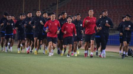 Pelatih Timnas Indonesia u-23, Shin Tae-yong, menginstruksikan anak buahnya untuk melakukan hal khusus saat jumpa Australia pada kualifikasi Piala Asia U-23. - INDOSPORT