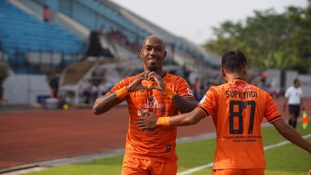 Striker asing Persiraja Banda Aceh, Paulo Henrique, berselebrasi usai cetak gol ke gawang Persita. - INDOSPORT