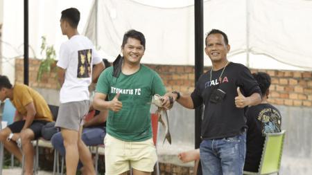 Skuat PSMS Medan menikmati liburan mereka Palembang dengan berbagai kegiatan, mulai memancing, bermain layangan, main kelereng hingga main ATV. - INDOSPORT
