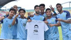 Indosport - Selebrasi gol pemain asing Persela Lamongan, Jabar Sharza, dalam pertandingan Liga 1 kontra Madura United, Sabtu (16/10/21).