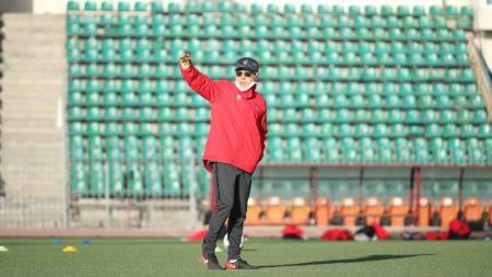 Pelatih Timnas Indonesia U-23, Shin Tae-yong memimpin latihan pasukannya di Tajikistan. - INDOSPORT