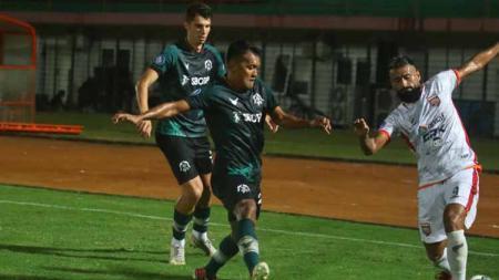 Striker Borneo FC, Francisco Torres, dihadang dua pemain Tira-Persikabo. - INDOSPORT