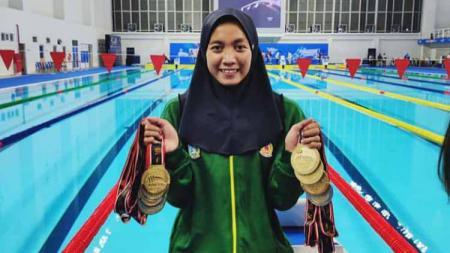 Perenang Jawa Timur, Adinda Larasati Dewi Kirana yang memborong 8 medali emas dan 1 perak di PON XX Papua. - INDOSPORT