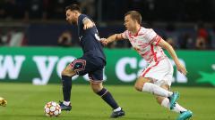 Indosport - Lionel Messi saat berhadapan dengan peman RB Leipzig.