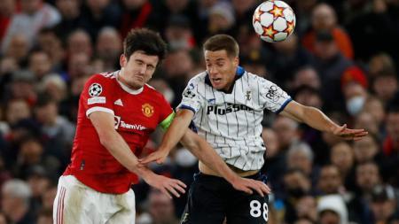 Harry Maguire berduel dengan Mario Pasalic di laga Man United vs Atalanta (21/10/21). - INDOSPORT