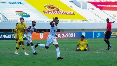 Selebrasi gelandang Sriwijaya FC, Dedi Hartono, usai menjebol gawang KS Tiga Naga dalam pertandingan Liga 2, Kamis (21/10/21). - INDOSPORT