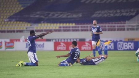 Selebrasi para pemain Persib Bandung usai mencetak gol ke gawang PSS Sleman pada pekan kedelapan Liga 1 di Stadion Manahan Solo, Jumat (22/10/21). - INDOSPORT