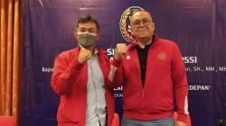 Tommy Apriantono (kiri) menggandeng Direktur Utama PT Liga Indonesia Baru (LIB), Akhmad Hadian Lukita (kanan) untuk pemilihan Ketua Umum dan Wakil Ketua Asosiasi Provinsi (Asprov) PSSI Jawa Barat untuk periode 2021-2025.