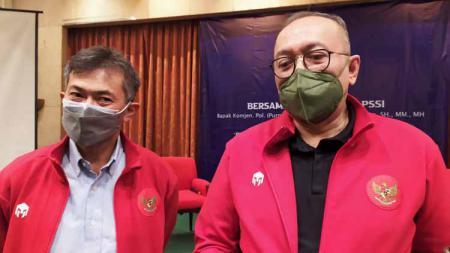 Tommy Apriantono (kiri) menggandeng Direktur Utama PT Liga Indonesia Baru (LIB), Akhmad Hadian Lukita (kanan) untuk pemilihan Ketua Umum dan Wakil Ketua Asosiasi Provinsi (Asprov) PSSI Jawa Barat untuk periode 2021-2025. - INDOSPORT