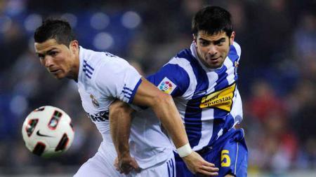 Jordi Amat saat melawan Cristiano Ronaldo. - INDOSPORT