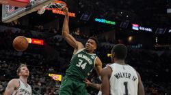 Dunk Giannis Antetokounmpo di laga Spurs vs Bucks, Minggu (24/10/21).