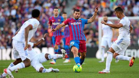 Real Madrid tempel ketat Real Sociedad di puncak klasemen LaLiga 2021/2022 usai bungkam Barcelona 2-1. - INDOSPORT