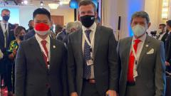 Indosport - Ketua NOC Indonesia, Raja Sapta Oktohari, dan KE Rafiq Radinal bersama President WADA Witold Bańka dalam ANOC General Assembly 2021.