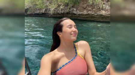 Aktris cantik, Beby Tsabina menunjukkan keseruan saat berenang di laut bersama Cassandra Lee. - INDOSPORT