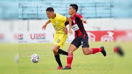 Takuya Matsunaga (kanan) berusaha keras menghentikan aksi Rafael (kiri) adalam laga pekan kesembilan Liga 1 2021/2022 antara klub Persipura Jayapura vs Barito Putera, Senin (25/10/21). - INDOSPORT
