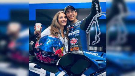 Pacar Enea Bastianini, Alice Ricci, merayakan keberhasilan sang pembalap di MotoGP Emilia Romagna 2021. - INDOSPORT