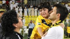 Indosport - Momen kebersamaan Sergio Aguero dengan Diego Maradona