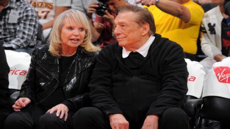 Donald Sterling (kanan) diragukan kapasitas dan kemampuan psikisnya untuk bertindak sebagai pemilik Los Angeles Clippers. - INDOSPORT