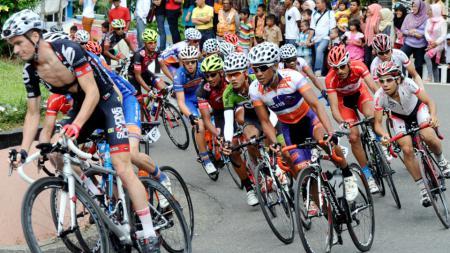 Para pebalap melahap etape delapan Tour de Singkarak 2014. - INDOSPORT