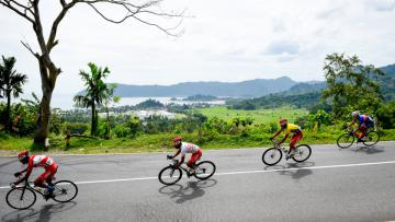 Pebalap Tour de Singkarak dimanjakan oleh keindahan panorama Sumatera Barat.