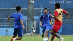 Indosport - Asisten Pelatih Arema Cronus, Kuncoro (kanan), sampai harus turun gelanggang dalam latihan perdana tim di Stadion Gajayana, Malang, Senin (16/06/14).